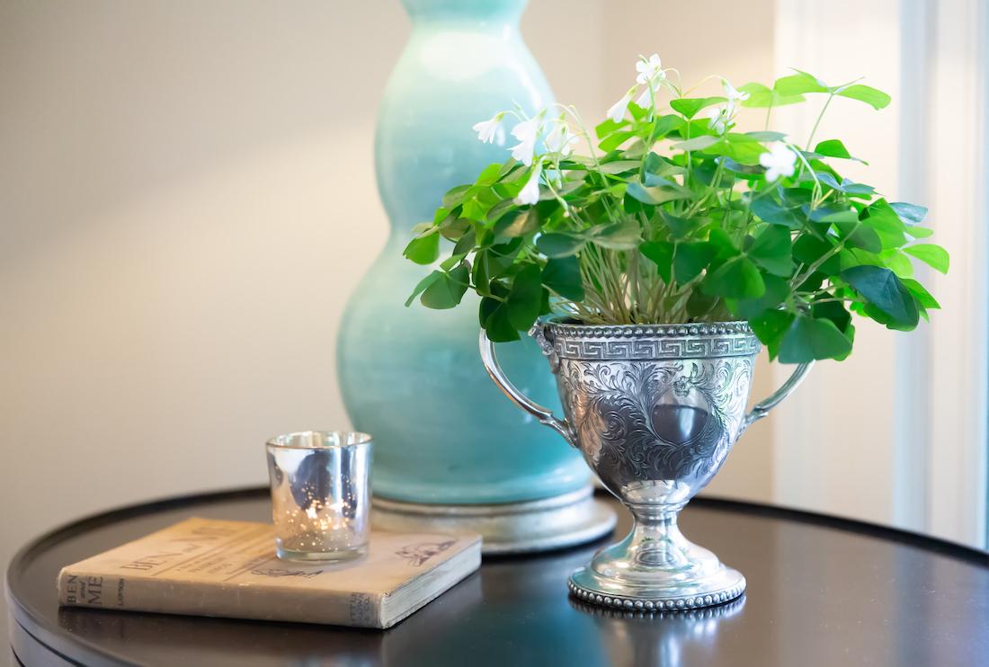 bedroom-sidetable-trophy-vase