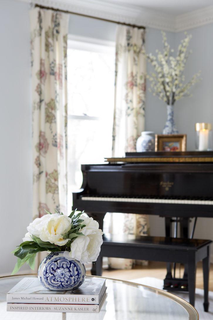 living-room-interior-design-piano-glass-coffee-table