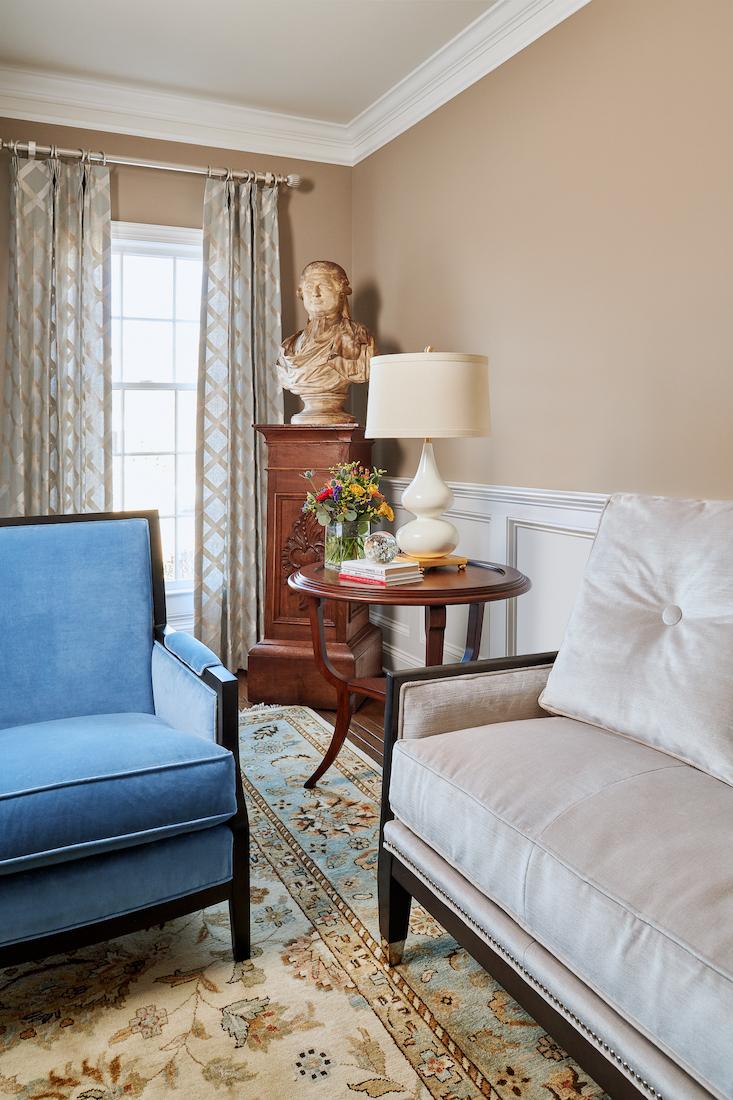 living-room-interior-design-statue-bust-blue-and-white-sofas