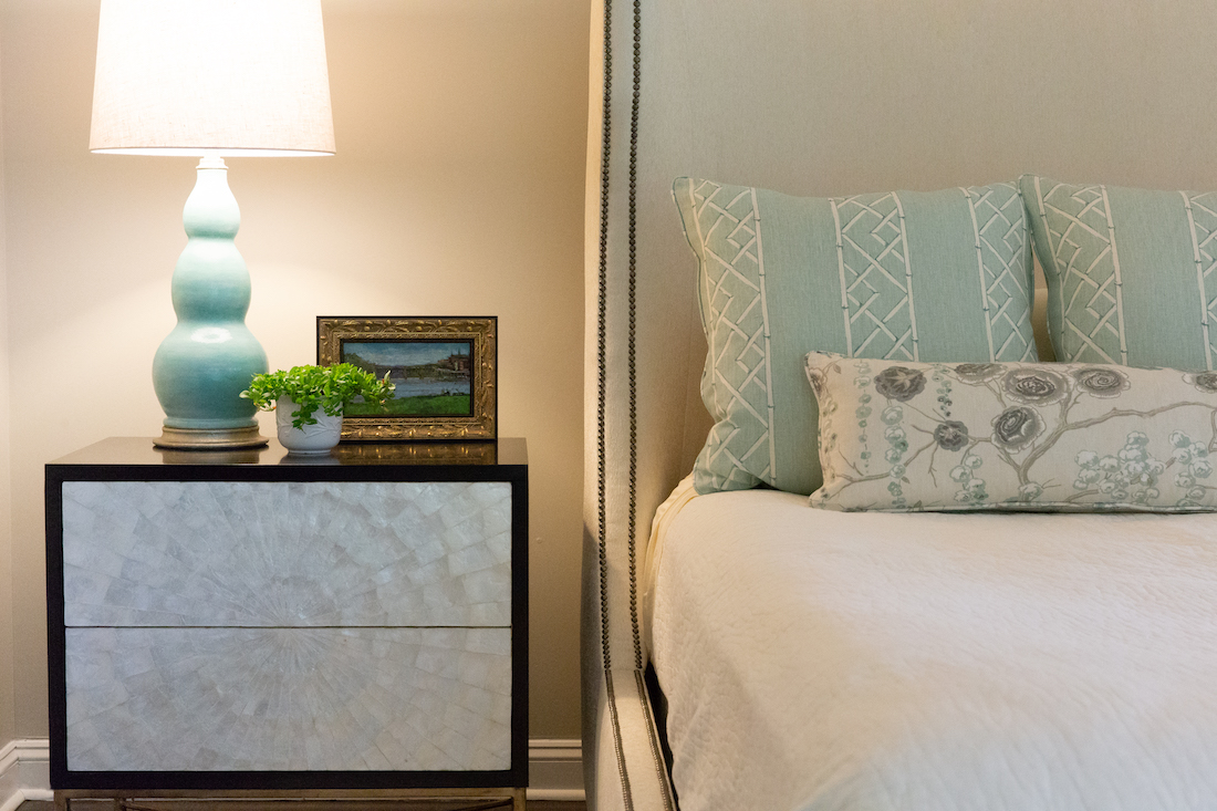 primary-bedroom-interior-design-nightstand-accent-pillows